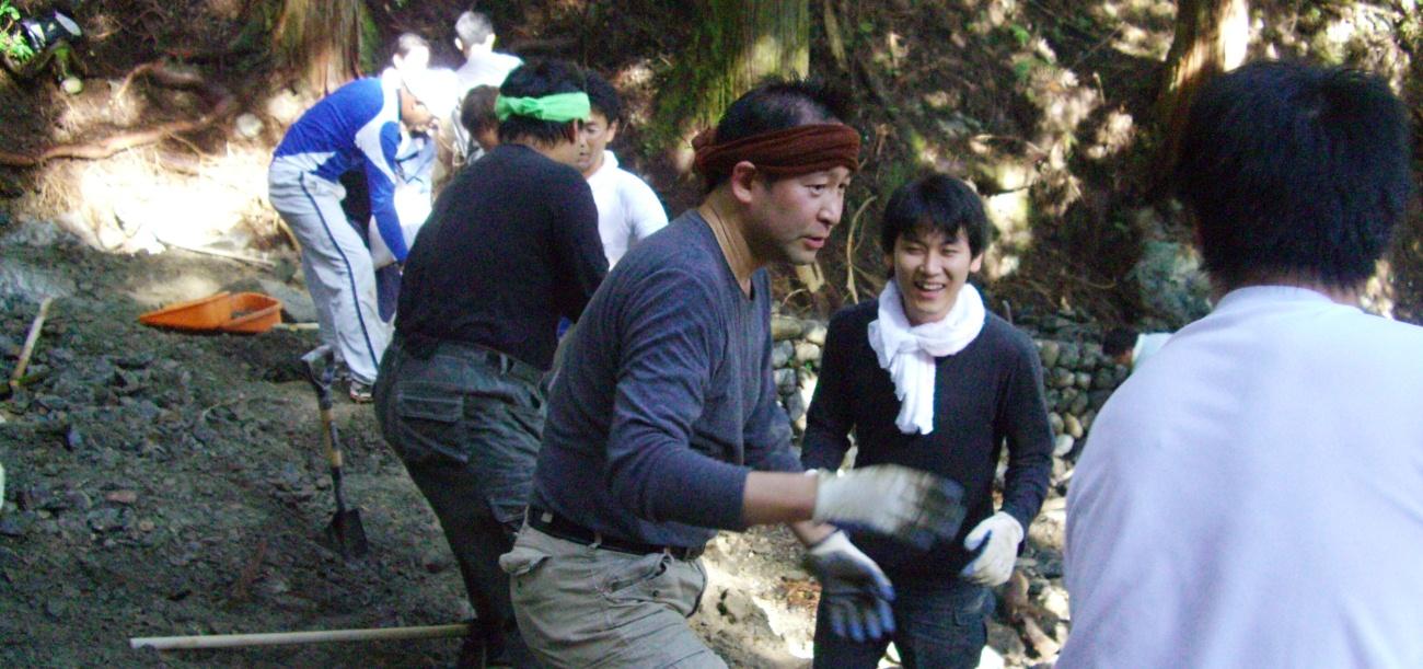 熊野古道の修繕作業は丸一日かけています