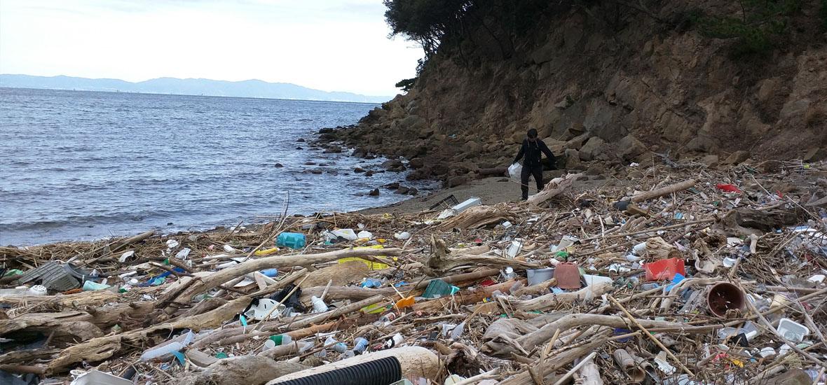ゴミだらけの海岸